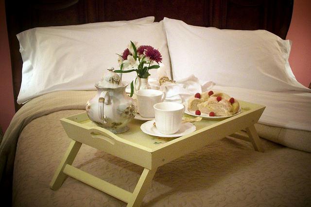 breakfast in bed, romantic relationship